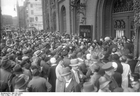 ansturm_auf_die_sparkasse_der_stadt_berlin_am_muhlendamm_nach_dem_zusammenbruch_der_darmstadter_und_nationalbank_danat-bank_am_13._juli_1931.jpg