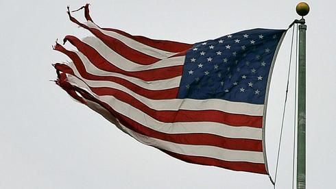 eine_zerfledderte_us-flagge.jpg